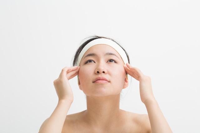 頭痛も緩和できる! 老眼に聞くツボ押しはこの4通り/「ツボ押し」で目の不調を解消