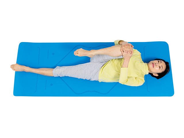 寝たまま歩き方を改善! 「体ひねり&太もも伸ばし」で足裏の筋力を鍛えて一生スタスタ歩ける力をつける