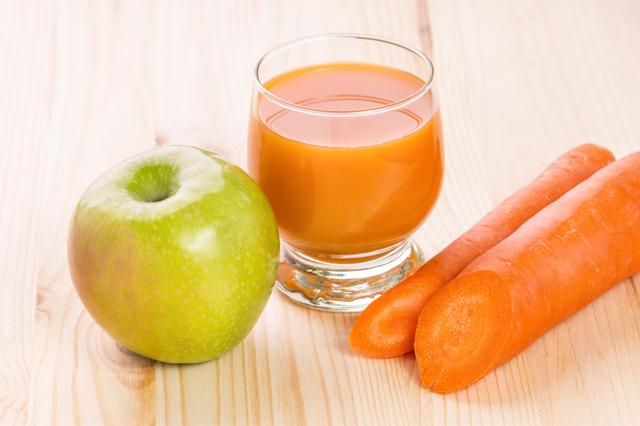 朝食代わりにコレ1杯! 必要なビタミン&ミネラルがすべて取れる「人参・リンゴジュース」の作り方