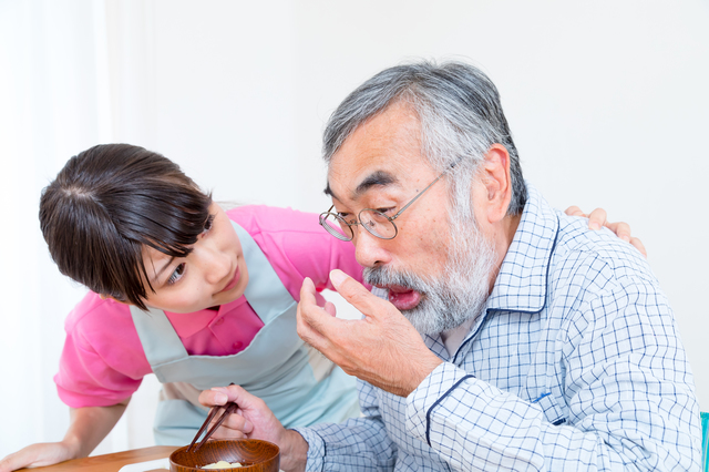 気管に入った唾液や飲食物が原因! 誤嚥性肺炎はこうして起きる