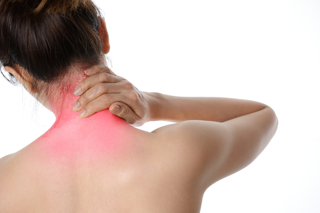 その首のしびれや痛み、もしかして頚椎症かも。さっそくセルフチェック