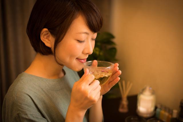 紅茶は通常の半分の量で。ハーブの香りでストレス解消♪「アロマ紅茶」レシピ