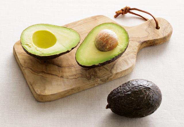 納豆と食べるとさらに効果的! ひざ痛を改善してくれる「アボカド」のススメ
