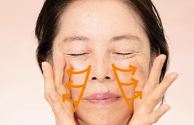 肌のくすみがあなたの顔を老けさせる! 手のひらマッサージで潤いをプラスして