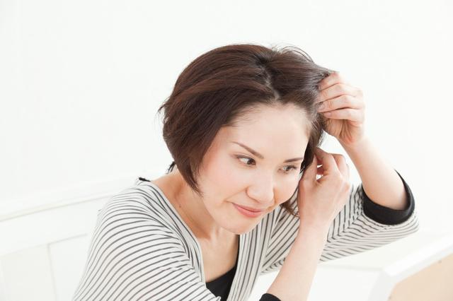 医師に聞いた「白髪を抜くと白髪が増えるってホント?」