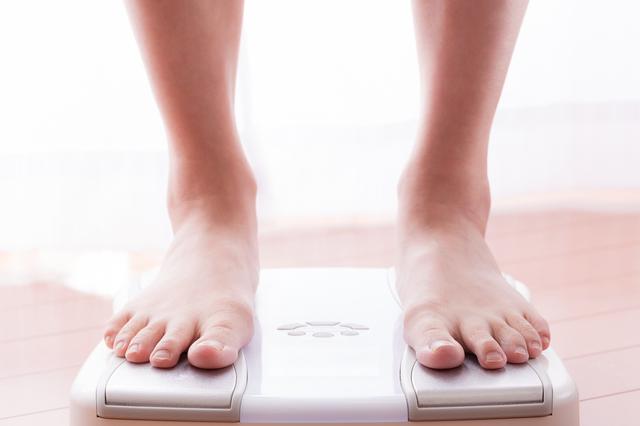 肥満で体がねじれていく・・・!? ひざ痛が教えてくれる健康状態と「理想的な体重時計」