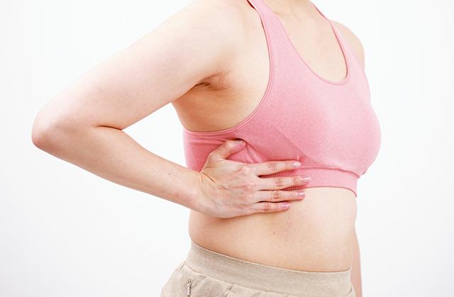 背中の筋肉が柔らかくなって...腰痛が改善!「ろっ骨ほぐし」のやり方を公開‼