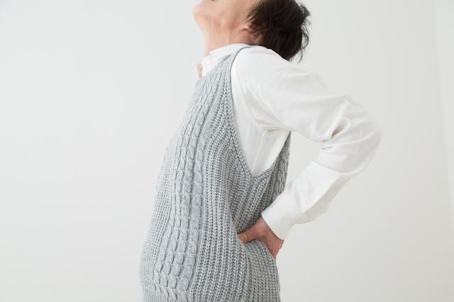 腰を反らすと痛い、立っているのがつらい...50代以上に多い腰部脊柱管狭窄症とは?