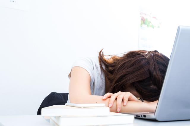 睡眠不足の原因は「寝ながらスマホ」? みんなが気になる「睡眠」最前線