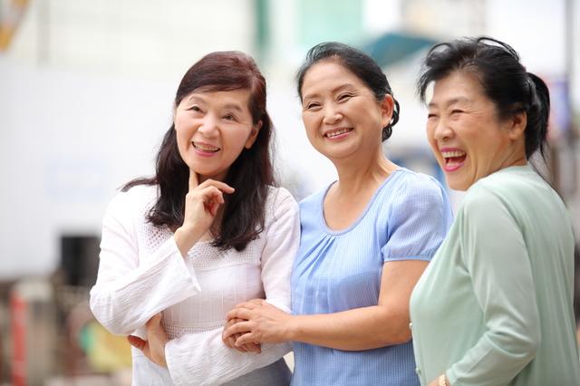 50~60代になると社交的になる女性、