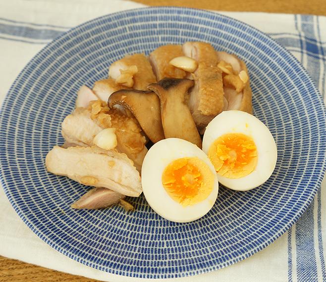 酢にんにくを漬けダレに! 鶏と煮卵が主役のメイン料理を【作ってみた】/モモ母さん