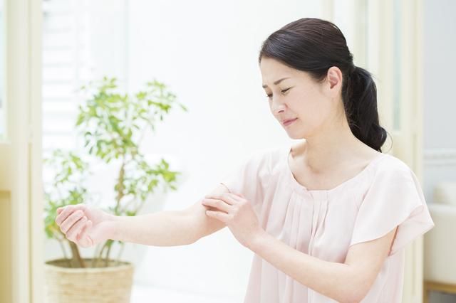 肌がガサガサ・白い粉を吹いている人は要注意! ただの肌荒れでなく「皮脂欠乏症」かも