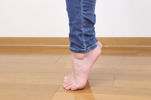 「片脚立ち」「かかと上げ」でバランス力を鍛えて転倒を防止!/圧迫骨折