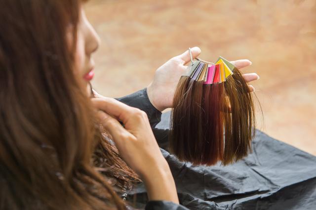 「若い頃から髪を染めると薄毛になりやすい」の真実は?/抜け毛予防