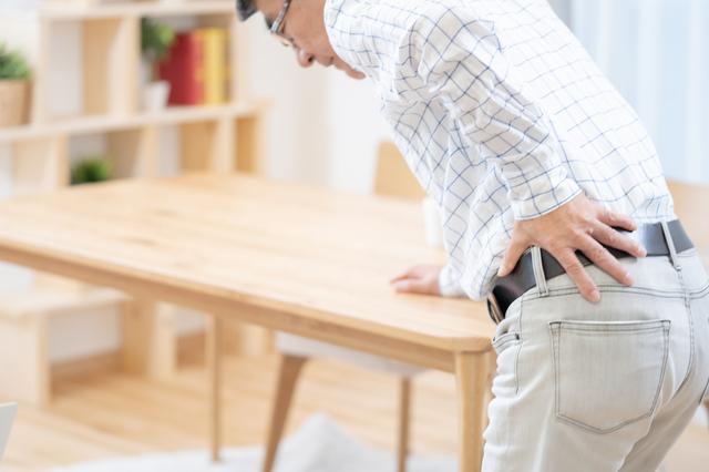 腰を反らすと痛い! 50歳以上の人に多い「腰部脊柱管狭窄症」とは?/坐骨神経痛