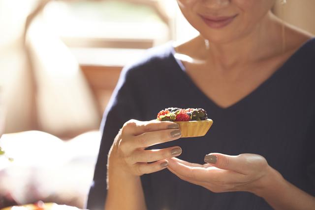 体が自然と求めてしまう⁉ 女性が「生理前に甘いものが食べたくなる」理由って?