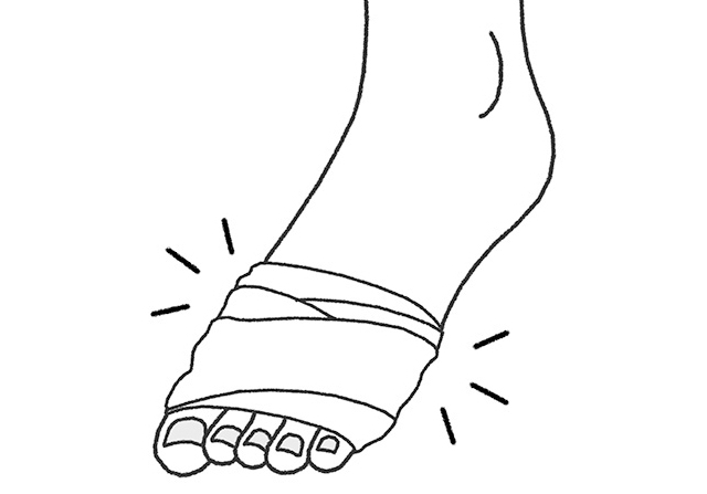 巻くだけで痛みがラクに!外反母趾の「包帯療法」とは