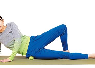 治りづらい股関節の痛みに! テニスボールで筋肉をほぐす「筋肉型体操」を