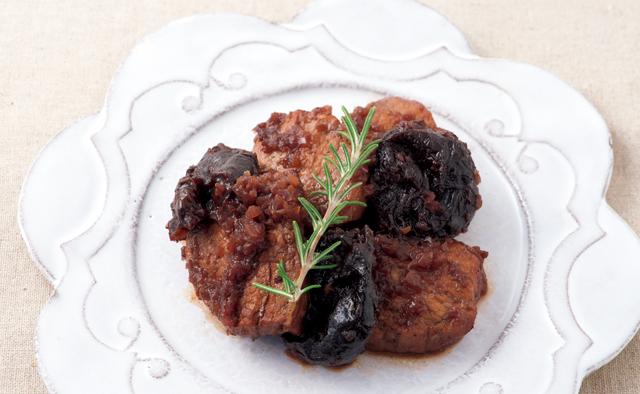 赤ワインとバルサミコ酢でこっくり濃厚「豚フィレ肉とプルーンの赤ワイン煮」/塩なしレシピ