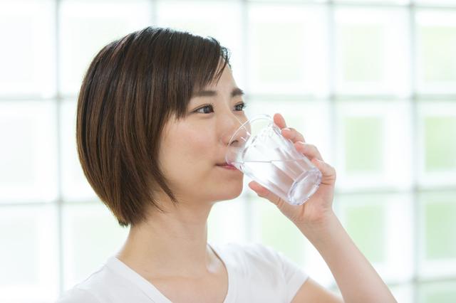 勢いよく飲むべし!腸が喜ぶ「朝コップ1杯の水」の飲み方