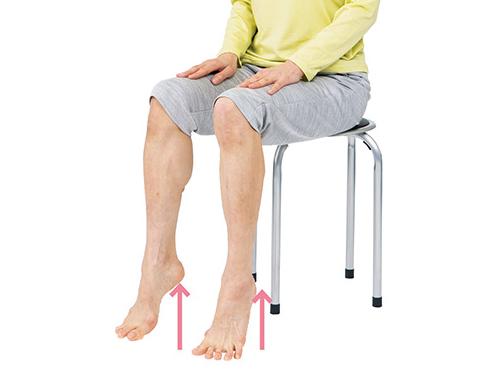 足の力に自信がなくても大丈夫! 座ったままでも寝たままでもできる「かかと上げ」で足裏の衰えを解消