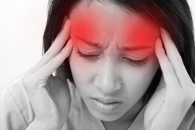 嘔吐や視界の異常も。原因不明のズキズキが続く「片頭痛」/やさしい家庭の医学
