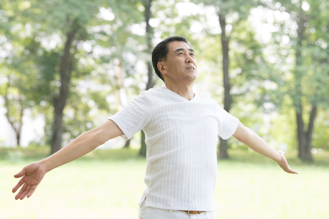 肩の痛みの予防には、筋肉を動かすストレッチや深い呼吸が大切/四十肩・五十肩