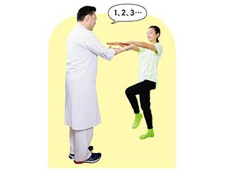 立ち歩くときの「めまい」を改善!平衡感覚もチェックできる「50歩足踏み」のススメ/小脳を鍛える体操(8)