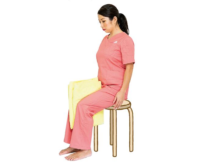 「バスタオル挟み体操」と「太もも伸ばし体操」でひざを安定させて痛みを除く!