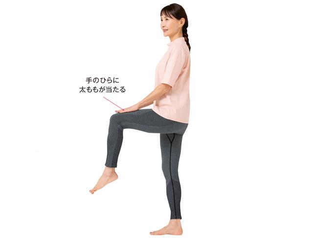 長時間立っているとひざが痛む人に...腸腰筋を鍛える「20秒間で水平足踏み」のススメ