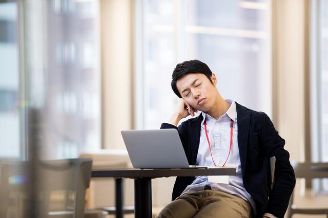 「休日の寝だめ」ができなくなる40代。日中の強い眠気は睡眠不足の証拠です/眠りの新常識