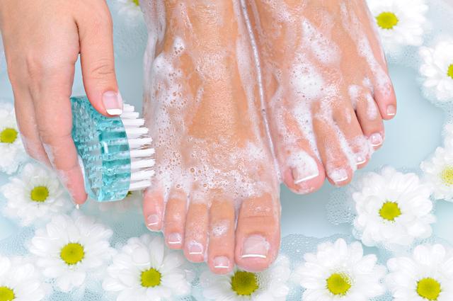 足を清潔に保つには歯ブラシと石鹸で洗うのがいちばん/足の爪の変形