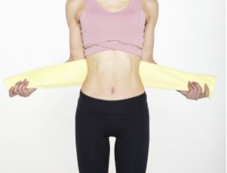 肋骨に「くびれ」を覚えさせる⁉ タオル1本、1回3分の「肋骨締め」とは