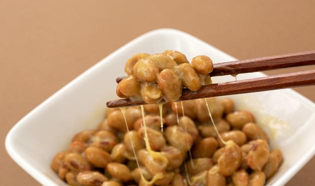 「納豆」を食べると効果が薄れてしまう薬も⁉ 知っておきたい「薬と食べ物」の関係