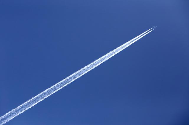 飛行機雲で天気予報! 太い雲がなかなか消えないと天気は晴れる?崩れる?/身近な科学
