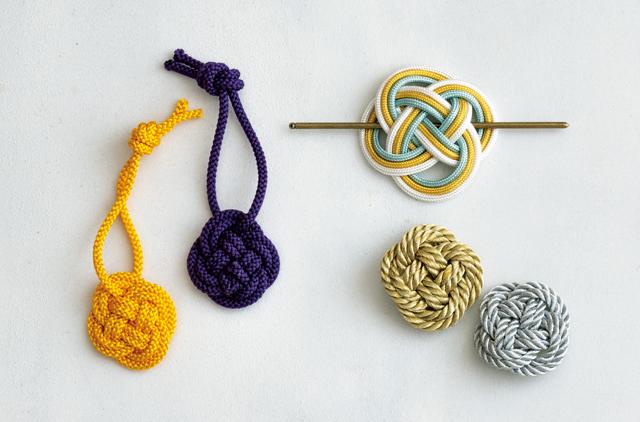 「丸ひも」の基本の結び方「菜の花結び」で作る! カンタン「チャーム」と「ペンダント」