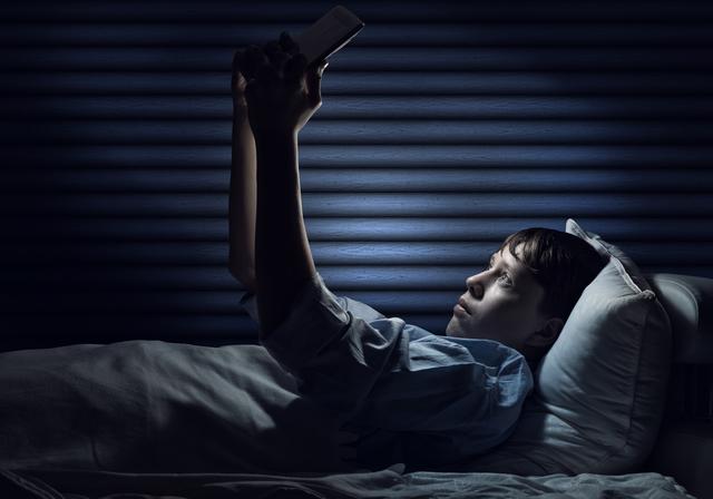 暗いところで本を読むと本当に目が悪くなるのか/地球の雑学
