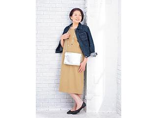 シルバーの小物+袖まくりで「おしゃれ上級者」に。大人女性の「いつものワンピ」アレンジ術