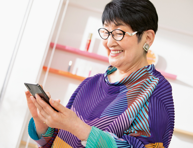 孫が設定した「ポケモンGO」も! 84歳の美容研究家・小林照子さんの「デジタル活用術」
