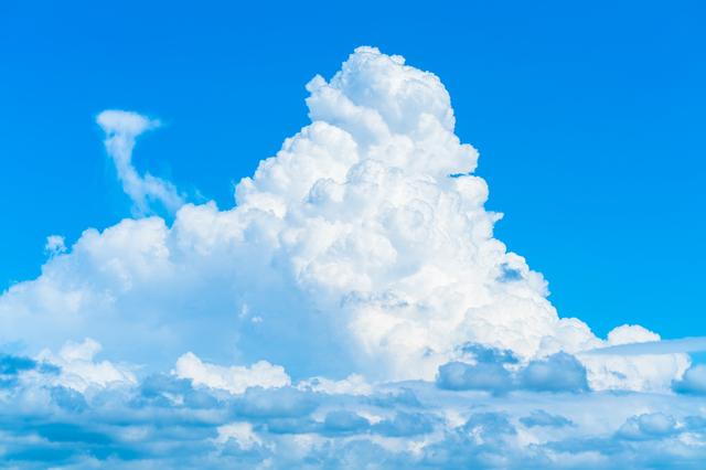 光の性質によって白にも黒にも。「雲」と「雨雲」の色が違うワケ/身近な科学