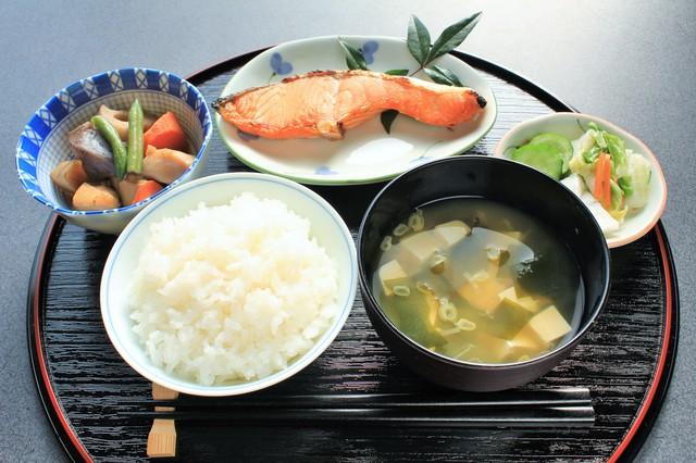 1分間英語でTokyo案内「和食では、料理が小皿やお椀に入れて出されます」