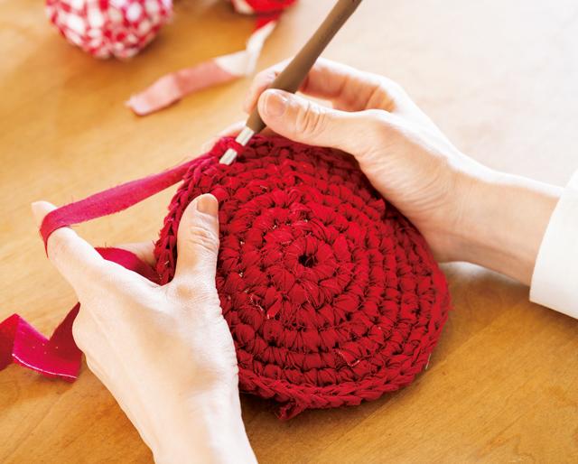 いらなくなった衣類やシーツが変身! ジャンボかぎ針で楽しむ「裂き編み」の基本と四角い面の編み方