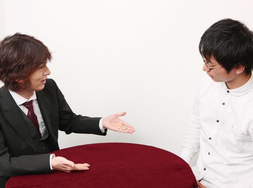 テーブルを通り抜ける!貫通コイン〜実践編 かんたんマジック(4)【連載】