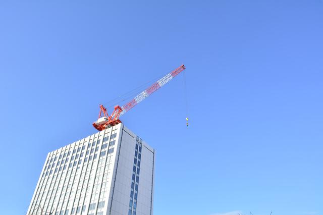 タワークレーンはどうやってビルの上に上がるのか? 身のまわりのモノの技術(1)【連載】