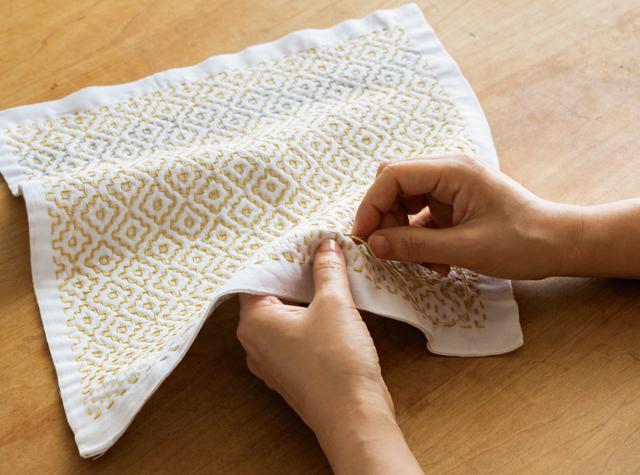 チクチク針を進めて、布に美しい文様を。「刺し子」の基本