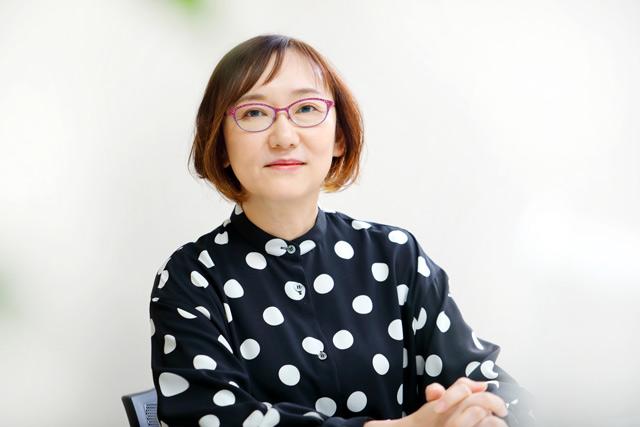 「母と娘の関係は、ちょっと冷たいぐらいがちょうどいい(笑)」作家・窪美澄さんインタビュー
