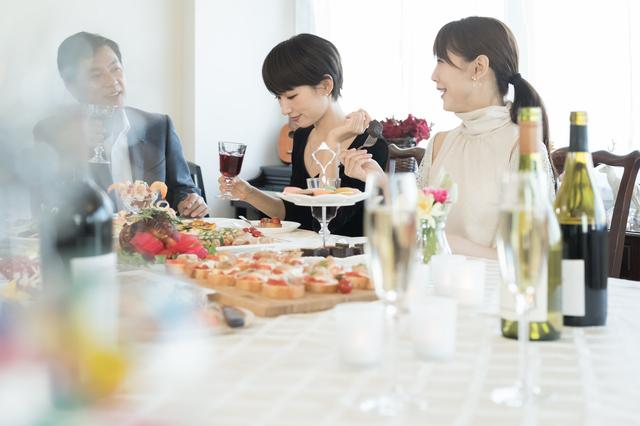 ワインや芸術、スポーツ...共通の話題があるから男女の自然な「出会い」が可能に。新聞社運営の出会いサービス