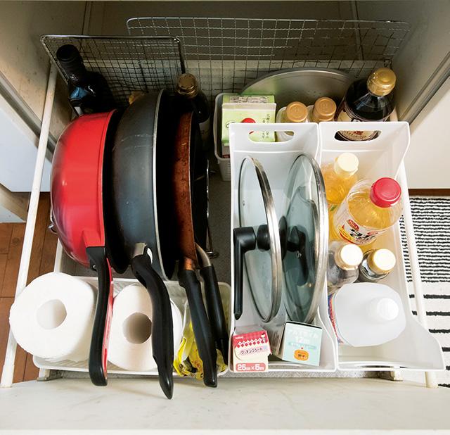 ごちゃごちゃしがちなフライパン&調味料がすっきり! 捨てずに片付くキッチン「コンロ下の収納術」