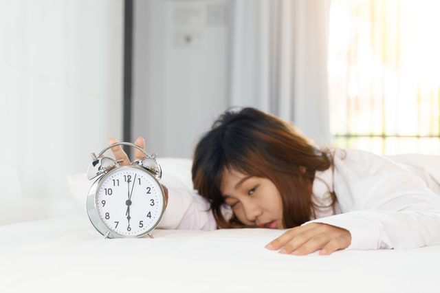 日本人に多い「睡眠不足」。なぜ「少し早く寝る」のが難しいのでしょう?