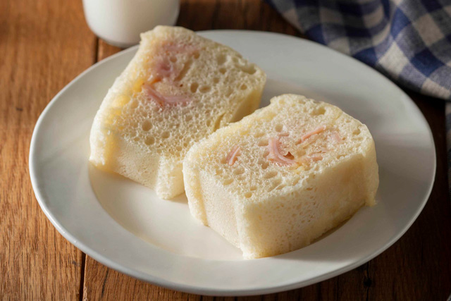 ズボラな手作りパンレシピ! レンチンでできる王道「ハムチーズパン」
